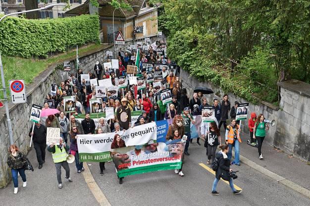 300 Aktivistinnen und Aktivisten demonstrierten gegen die Tierversuche an der ETH und Uni Zürich