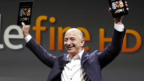 Amazon-Chef Jeff Bezos präsentiert stolz den Kindle.