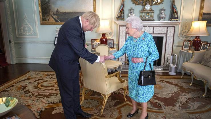 Boris Johnson und Queen Elizabeth II im Buckingham Palace.