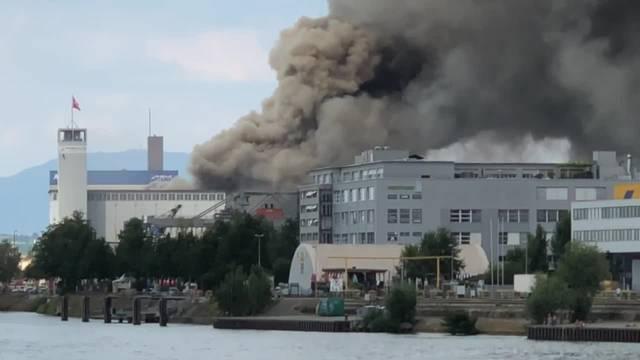 Schwarze Rauchsäule über Basler Rheinhafen
