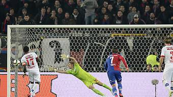 Pa Modou (links) bezwingt FCB-Goalie Vailati zum 1:0