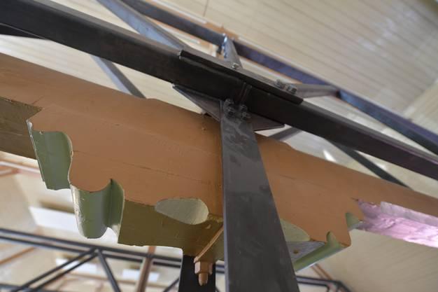 Die alten Balken und die neue Tragekonstruktion, an der der Kubus hängt.