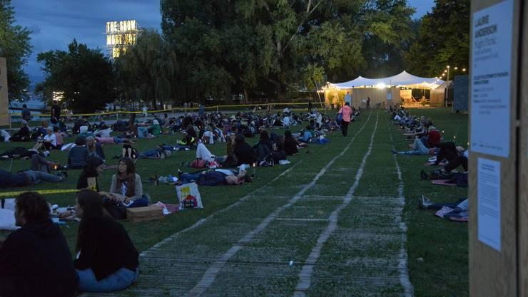 Gemeinsames Audiokunst-Hören auf der Landiwiese war beim Publikum beliebt.