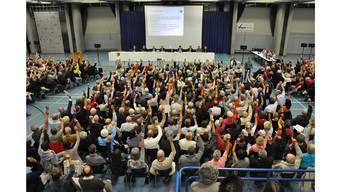Die 169 in der Urdorfer Mehrzweckhalle erschienenen Stimmbürgerinnen und Stimmbürger genehmigten die Einzelinitiative des FC Urdorf. (Archiv)
