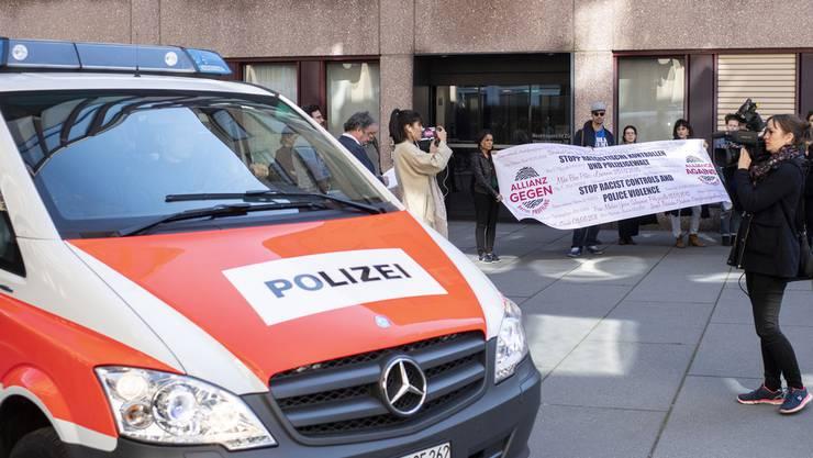 Das Bezirksgericht Zürich spricht die drei Stadtpolizisten frei.