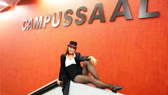 Rot und Schwarz: Eine tolle Farbkombination für den baldigen Auftritt Mariella Farrés im Campussaal Brugg-Windisch. Ubu