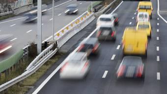 Auf der A2 kam es am Montagabend zu einer schweren Kollision zwischen zwei Autos. Beide mussten ins Spital gebracht werden. (Symbolbild)