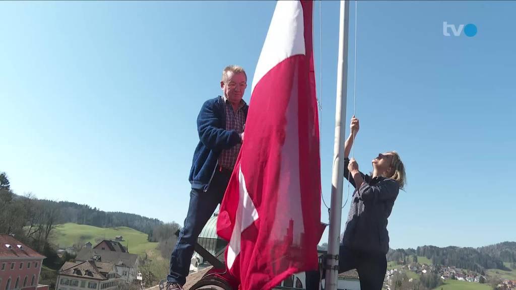 Ostschweizer hissen Schweizerfahne während Corona-Krise