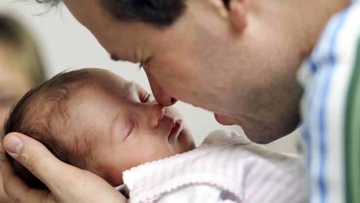 Der Zürcher Stadtrat will den Vaterschaftsurlaub von 10 auf 20 Tage erhöhen. (Archivbild)