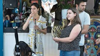 Feierabendlook: Musiker der Festival-Academy warten auf ihren Auftritt bei der Buvette auf dem Inseli. Bild: LF/Peter Fischli
