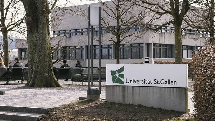 Die Universität St. Gallen hat über Konsequenzen aus der vor einem Jahr aufgedeckten Spesenaffäre informiert: Ein Professor hat gekündigt, ein Dozent erhielt einen schriftlichen Verweis, ein weiteres Disziplinarverfahren ist noch hängig. (Archivbild)