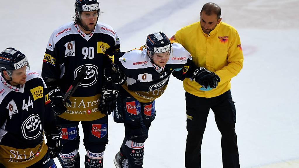 Verletzung mit Folgen: Ambri-Piottas Dominic Zwerger wird im Spiel gegen Rapperswil-Jona vom Eis geführt.