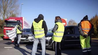 Protestierende blockieren am Montag eine Strasse nahe einem Treibstofflager in in Vern-sur-Seiche.