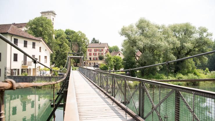 Der Kulturweg führt über die Gwagglibrugg bei der Wettinger Spinnerei.