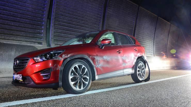 Wegen Sekundenschlafs hat ein 46-jähriger Personenwagenlenker am Mittwochabend auf der A2 bei Zunzgen sein Auto zu Schrott gefahren.