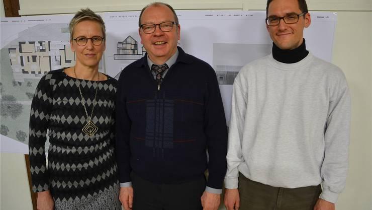 Angela Klaka mit Gemeindeammann Hansedi Suter und ihrem Nachfolger Michael Summers.