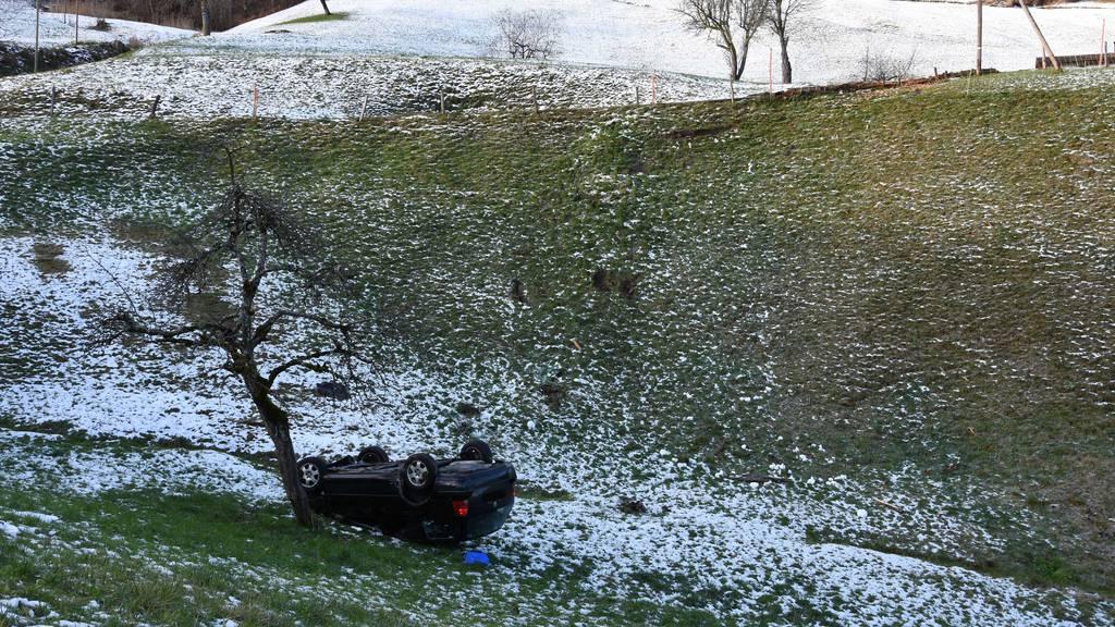 Spektakulärer Unfall auf Eis: Auto überschlägt sich mehrmals