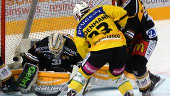 Viel Verkehr vor Goalie Merzlikins: Berns Simon Bodenmann beschäftigt Luganos Hintermannschaft