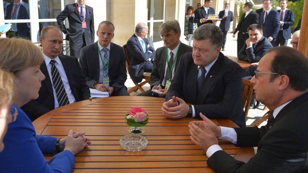Von links: Angela Merkel, Wladimir Putin, Petro Poroschenko und Gastgeber François Hollande in Paris.