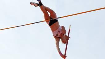Pascale Stöcklin springt beim Saisonauftakt auf 4.05 Meter.