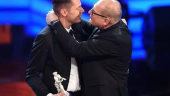 """Vor einem Monat erhielt Burghart Klaussner (r) für """"Der Staat gegen Fritz Bauer"""" einen Bayrischen Filmpreis. Nun hat auch der deutsche Filmkritiker-Verband ihn und den Film ausgezeichnet (Archiv)."""