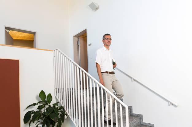 Wenn der Pastoralassistent aus der Wohnungstür tritt, steht er schon vor dem Pfarrsaal.