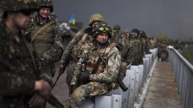 Ukrainische Soldaten auf einer Brücke nahe Slawjansk (Archiv)