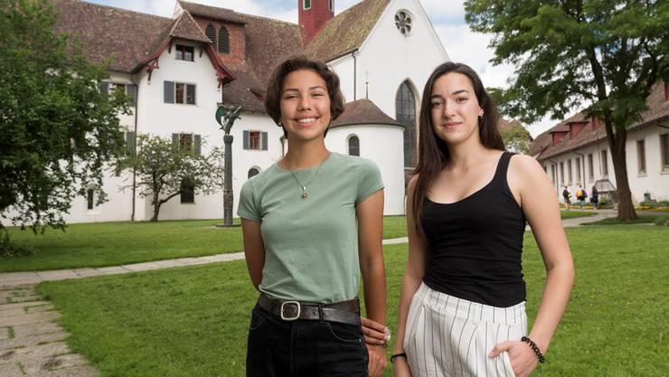 Solveig (17, l.) und Anastasiya (18) gingen das letzte Jahr an der an der Kanti Wettingen in den Unterricht.