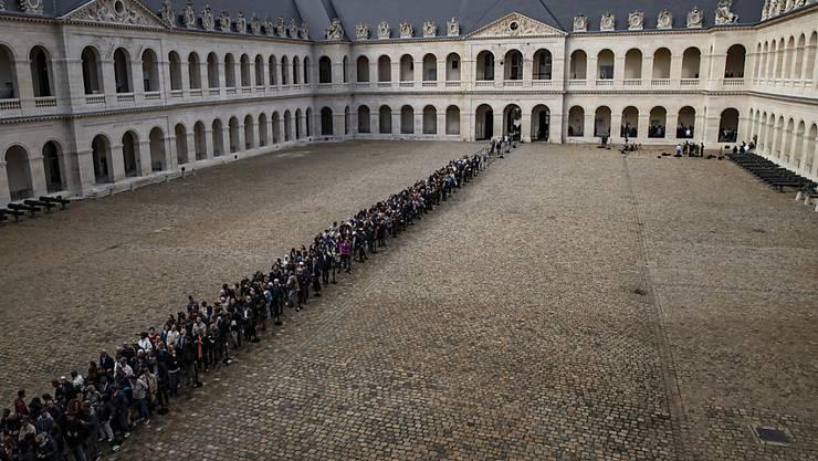 Frankreich wird am heutigen Montag offiziell mit einer grossen Trauerfeier von ihrem verstorbenen Präsidenten Jacques Chirac Abschied nehmen - so, wie es Tausende bereits am Sonntag in Paris persönlich getan haben.