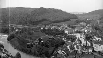 Der Kreuzliberg mit neuem Schulhaus und Bahnhof Oberstadt im Jahr 1886. Das Quartier ist noch fast unbebaut.