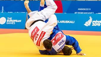 Ciril Grossklaus (in Blau) wirft den amtierenden Weltmeister Nikoloz Sherazadishvili aus Spanien (in Weiss) und sorgt damit für den Coup des Tages.
