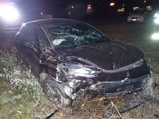 Ein Autofahrer geriet in der Nacht von der Strasse und fuhr eine Böschung hinunter. Er war alkoholisiert. Die Kantonspolizei nahm ihm den Führerausweis ab.