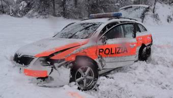 Das Fahrzeug der Kantonspolizei Graubünden wurde beim Zusammenstoss total beschädigt.