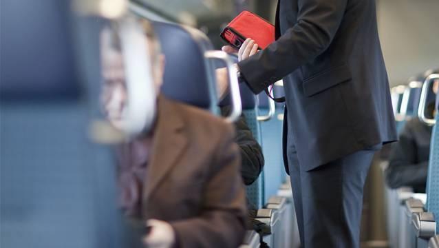 Der Mann konnte keine Fahrkarte vorweisen und wollte aus dem Zug flüchten. (Symbolbild)