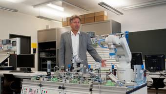 Der Zofinger Berufsschulrektor Roger Meier inmitten von modernster Produktionsrobotik für               den Unterricht in der Sparte Maschinenbau. Er will den drohenden Abbau beim Maschinenbau nicht mehr hinnehmen.