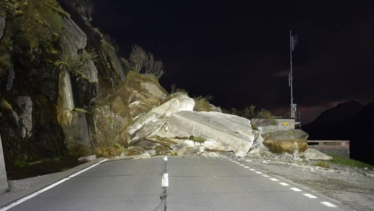 Die Felsbrocken am Lukmanierpass türmen sich auf einer Länge von 30 Metern bis zu vier Meter hoch.