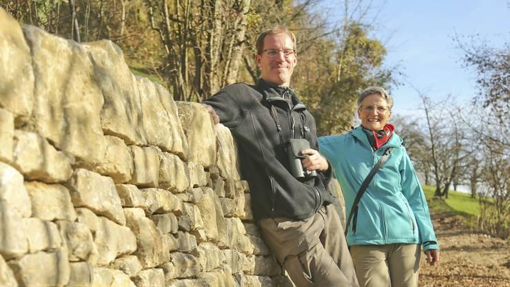 Suzanne Oberer vom Basellandschaftlichen Natur- und Vogelschutzverband und Thomas Lüthi vom SolothurnerPendant lehnen an der Bürener Trockenmauer.
