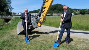 Regierungsrat Stephan Attiger und Gemeindeammann Bruno Gretener feiern den Start der Bauarbeiten.