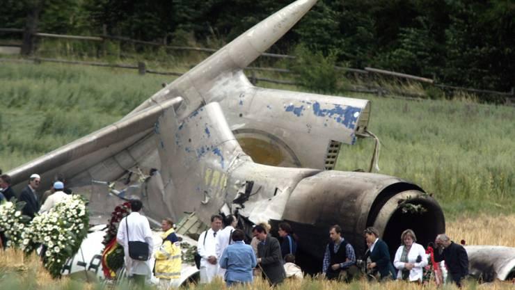 Am 4. Juli 2002 besuchten Angehörige der Opfer die Absturzstelle der russischen Tupolew TU-154 in Hoellwangen-Brachenreute nahe Überlingen am Bodensee. Beim Zusammenstoss zweier Flugzeuge am 1. Juli 2002 starben 71 Menschen.