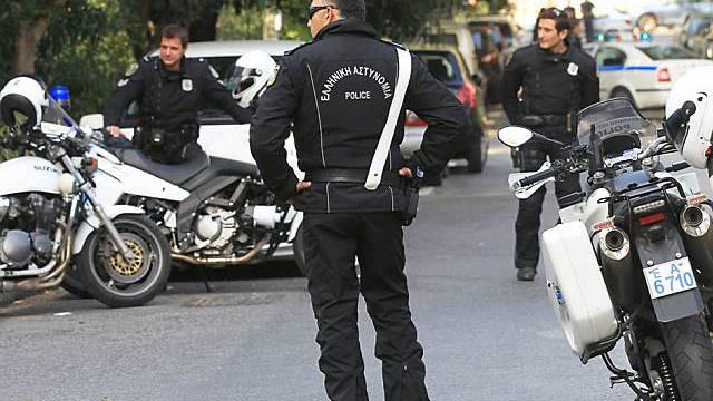 Griechische Polizei vor der Schweizer Botschaft in Athen