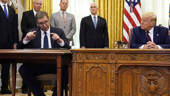 Der serbische Präsident Aleksandar Vucic (l) äußert sich im Oval Office, US-Präsident US-Präsident Donald Trump hört zu. Foto: Evan Vucci/AP/dpa