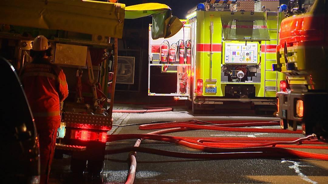 Brennendes Auto entpuppt sich als Brand in Lagerhalle