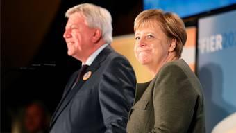 Bundeskanzlerin Angela Merkel (r): Ihr Vertrauter Volker Bouffier (l.) kann wohl im Amt bleiben, doch die Hessen-Wahl bringt ihrer Partei die nächste Klatsche.
