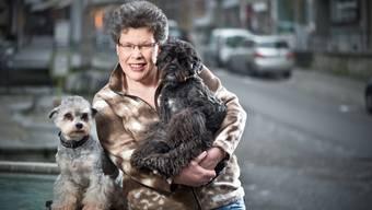 Susanne Voser mit ihren zwei kleinen Lieblingen Lilly und Billy in der Altstadt von Brugg.