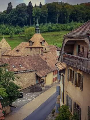 Die zweitälteste Linde der Schweiz neben der Kirche von Marchissy.
