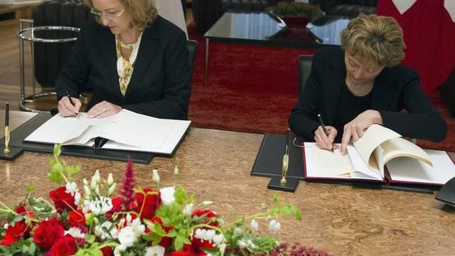 Die österreichische Finanzministerin Fekter und Bundespräsidentin Widmer-Schlumpf im April bei der Unterzeichnung des Steuerabkommens