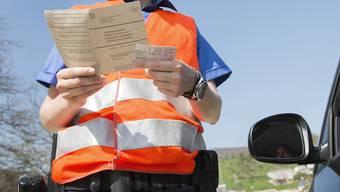 Der Lieferwagenfahrer wurde ohne Führerausweis erwischt. (Symbolbild)