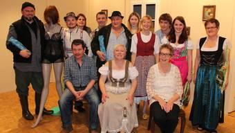 Die Damen und Herren der Theatergruppe mitsamt der «hölzernen Jungfrau».