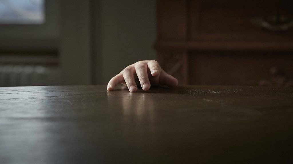 Eine 47-jährige Frau soll ihren minderjährigen Sohn mehrere Jahre missbraucht haben.