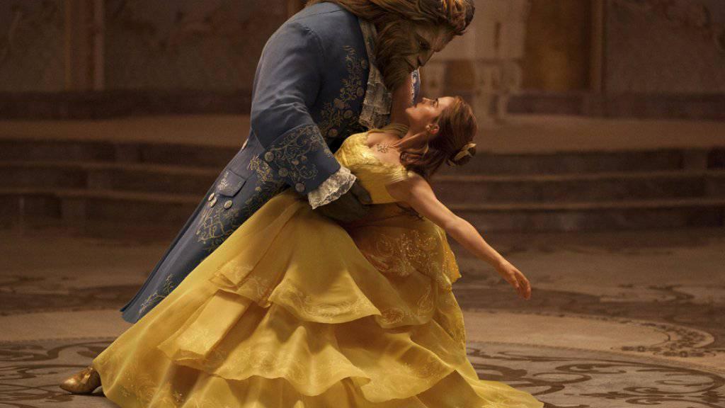 """Dan Stevens als The Beast (l) und Emma Watson als Belle spielen die Hauptrollen in """"Beauty and the Beast"""". Die Musical-Verfilmung übernahm am Wochenende vom 18. bis 20. März 2017 unangefochten Platz 1 in den US-Kinocharts. (Archiv)"""